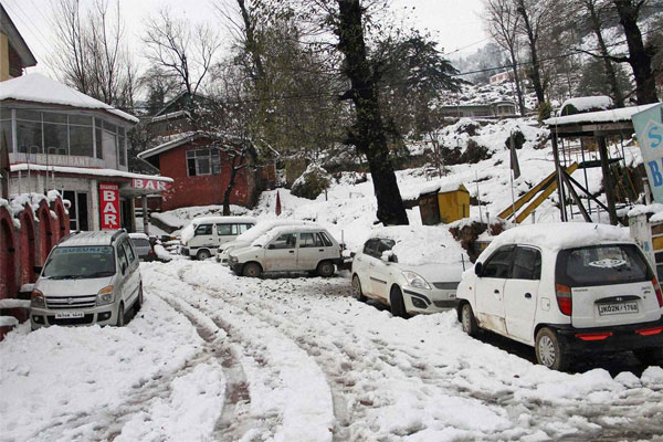 Fresh snowfall disrupts life in Kashmir Valley