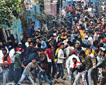 Pro and anti-CAA groups begin stone-pelting in Delhi