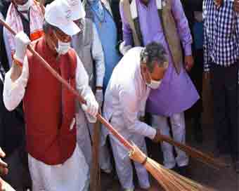 Uttarakhand CM wields the broom, cleans up ghats