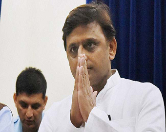 Akhilesh Yadav meets Governor, resigns