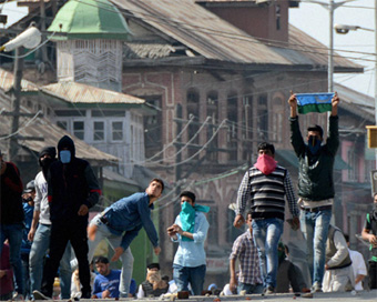 After Eid prayers, clashes at some places in Valley