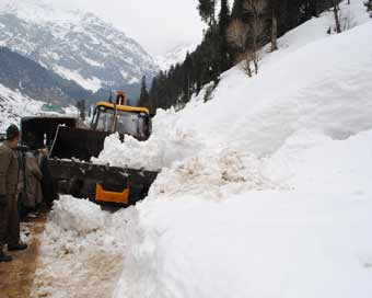 10 missing after avalanche hits Jammu-Srinagar highway